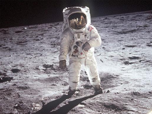 لباس فضایی مورد استفاده برای راهپیمایی بر روی سطح ماه